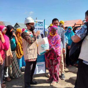 YBM PLN UP3 Bima menyerahkan bantuan sembako dan uang santunan kepada 41 korban kebakaran di Desa Ngali Kecamatan Belo