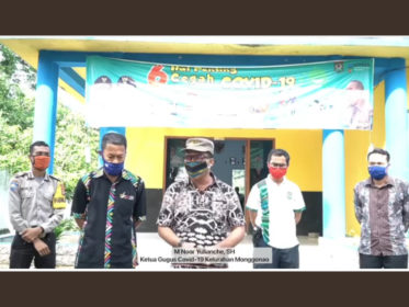 PLN UP3 Bima menyerahkan bantuan APD ke Tim Covid 19 Kelurahan Monggonao